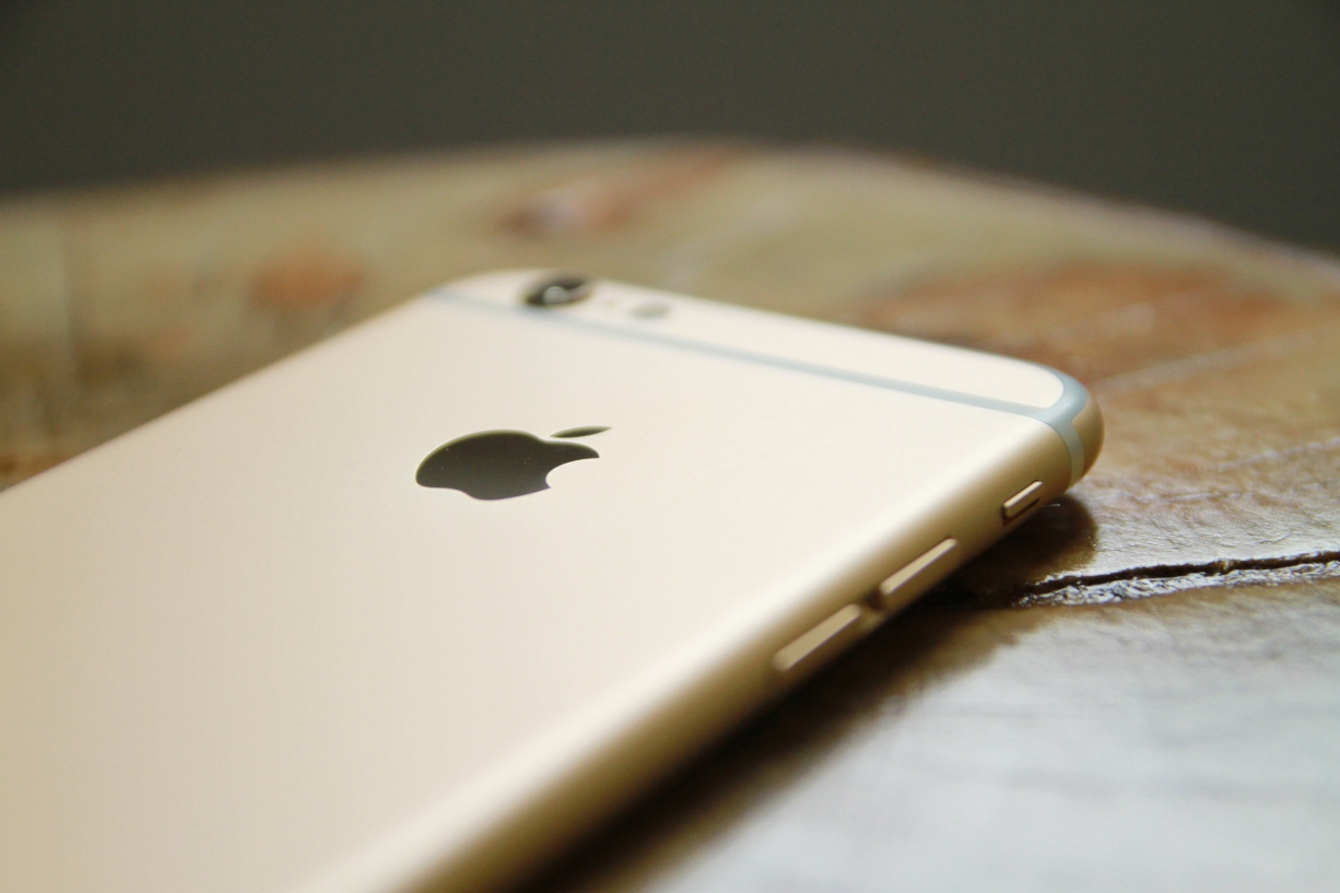 gold-iphone-six-on-table
