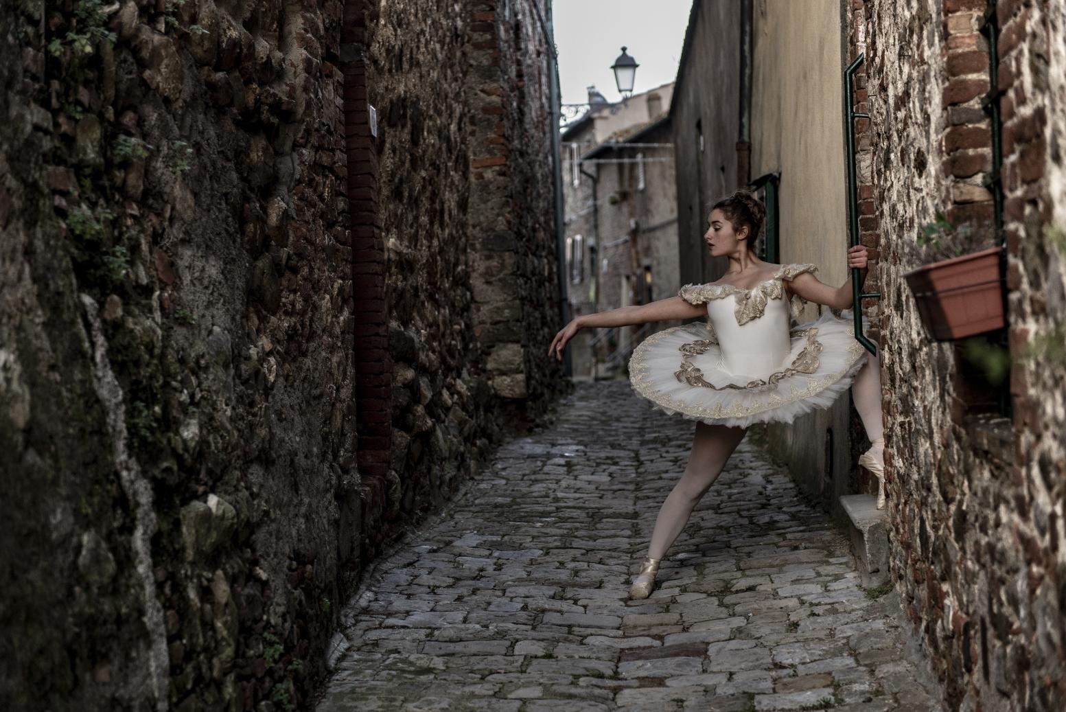 ballerina-in-alley